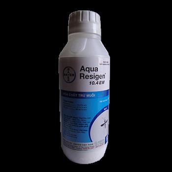 Bằng phương pháp phun mù nóng hoặc phun khí dung (ngoài trời hoặc trong nhà), chỉ cần một liều lượng thuốc diệt muỗi Aqua Resigen 10.4 EW cực nhỏ, chúng ta có thể phun xịt trên một diện tích lớn, giúp tiết kiệm rất nhiều chi phí trong khi tính hiệu quả thì thật tuyệt vời. Hiện nay, trong số các chế phẩm chuyên về diệt muỗi trên thị trường thì thuốc diệt muỗi Aqua Resigen 10.4 EW là loại hữu dụng nhất, được tất cả các Công ty diệt côn trùng, doanh nghiệp, cá nhân sử dụng để diệt muỗi và các loại côn trùng bay có cánh khác tương đương. (*) Thành phần: - Permethrin: 10.26 w/v - S-bioallethrin: 0.14% w/v - Chế phẩm Thuốc diệt muỗi Aqua Resigen 10.4 EW có dạng nhũ tương, đặc sánh. (*) Công dụng: Thuốc diệt muỗi Aqua Resigen 10.4 EW là chế phẩm diệt muỗi số 1 của hãng Bayer (Đức) nổi tiếng trên khắp thế giới. Với liều lượng thuốc cực nhỏ nhưng thuốc sẽ mang lại hiệu quả tối đa khi diệt muỗi, giúp bạn tiết kiệm tối đa chi phí trong quá trình xử lý côn trùng, đặc biệt là muỗi. (*) Hướng dẫn sử dụng: Loài côn trùng Kỹ thuật áp dụng Tỷ lệ pha loãng Lượng dung dịch áp dụng MUỖI Phun mù nóng NGOÀI TRỜI Máy công suất cao: 1/100 (10ml/1 lít nước) Máy công suất thấp: 1/50 (20ml/1 lít nước) 10 lít/ha 5 lít/ha Phun mù nóng TRONG NHÀ 1/50 (20ml/1 lít nước) 100 – 200ml/nhà hoặc 700ml/2.000m3 Phun khí dung thể tích cực nhỏ NGOÀI TRỜI 1/10 (100ml/1 lít nước) 1/20 (50ml/1 lít nước) 500ml/ha 1 lít/ha Phun khí dung thể tích cực nhỏ TRONG NHÀ 1/10 (100ml/1 lít nước) 100ml/2.000m3 Lưu ý: Để đạt hiệu quả cao nhất, tránh không phun Aqua Resigen vào lúc nắng nóng trong ngày, lúc gió mạnh trên 10km/giờ, lúc mưa giông. (*) Hình thức đóng chai: Thuốc diệt muỗi Aqua Resigen 10.4 EW được đóng chai 1 lít (*) Lưu ý về an toàn: - Chế phẩm này độc cho người nếu nuốt phải, điều trị theo triệu chứng. - Tránh làm việc trong hơi sương hóa chất, nếu không phải mặc quần áo bảo hộ, mang găng tay, khẩu trang, kính bảo vệ mắt khi sử dụng hóa chất. - Sau khi sử dụng hóa chất xong phải thay ngay quần áo và tắm giặ